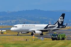 Air New Zealand Airbus A320 que taxiing no aeroporto internacional de Auckland Fotos de Stock Royalty Free