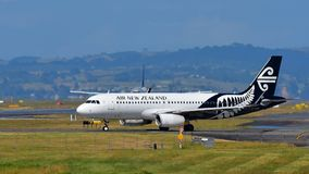 Air New Zealand Airbus A320 que taxiing no aeroporto internacional de Auckland Imagens de Stock Royalty Free