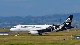 Air New Zealand Airbus A320 que taxiing no aeroporto internacional de Auckland Imagem de Stock