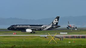 Air New Zealand Airbus A320 que taxiing para a partida no aeroporto internacional de Auckland Foto de Stock Royalty Free