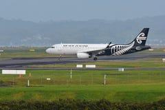 Air New Zealand Airbus A320 que taxiing para a partida no aeroporto internacional de Auckland Fotografia de Stock Royalty Free