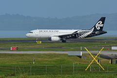 Air New Zealand Airbus A320 que taxiing para a partida no aeroporto internacional de Auckland Imagem de Stock Royalty Free