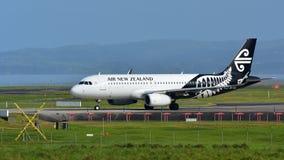 Air New Zealand Airbus A320 que taxiing para a partida no aeroporto internacional de Auckland Foto de Stock