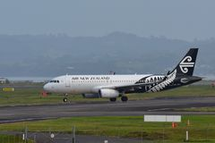 Air New Zealand Airbus A320 que taxiing para a partida no aeroporto internacional de Auckland Imagens de Stock Royalty Free