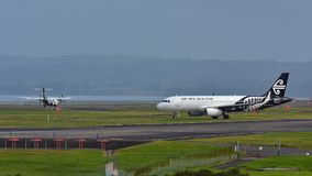 Air New Zealand Airbus A320 que taxiing para a partida no aeroporto internacional de Auckland Imagens de Stock