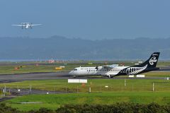 Air New Zealand anknyter turbopropmotorflygplan för ATR som 72-500 åker taxi på Auckland den internationella flygplatsen Arkivbilder