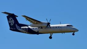 Air New Zealand ATR-72 inhemsk turbopropmotorflygplanslandning på Auckland den internationella flygplatsen Royaltyfria Foton