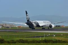 Air New Zealand Boeing 787-9 Dreamliner, das an internationalem Flughafen Aucklands mit einem Taxi fährt Lizenzfreie Stockbilder