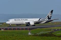 Air New Zealand Boeing 787-9 Dreamliner, das an internationalem Flughafen Aucklands mit einem Taxi fährt Stockfotografie