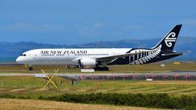 Air New Zealand Boeing 787-9 Dreamliner, der an internationalem Flughafen Aucklands sich entfernt Lizenzfreie Stockbilder