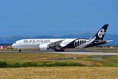 Air New Zealand Boeing 787-9 Dreamliner som tar av på Auckland den internationella flygplatsen Arkivfoton