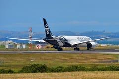 Air New Zealand Boeing 787-9 Dreamliner som tar av på Auckland den internationella flygplatsen Royaltyfria Foton