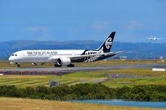 Air New Zealand Boeing 787-9 Dreamliner som tar av på Auckland den internationella flygplatsen Fotografering för Bildbyråer