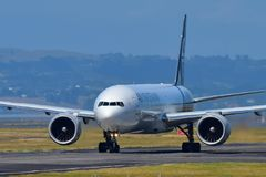 Air New Zealand Boeing 777-300ER que taxiing no aeroporto internacional de Auckland Imagens de Stock Royalty Free