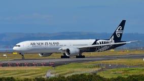 Air New Zealand Boeing 777-300ER que taxiing no aeroporto internacional de Auckland Fotografia de Stock Royalty Free