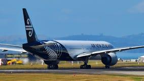 Air New Zealand Boeing 777-300ER que taxiing no aeroporto internacional de Auckland Imagens de Stock