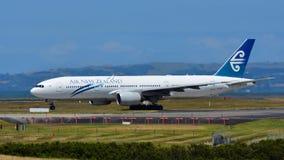 Air New Zealand Boeing 777-200ER que taxiing no aeroporto internacional de Auckland Fotografia de Stock Royalty Free