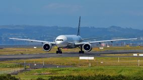 Air New Zealand Boeing 777-300ER que taxiing no aeroporto internacional de Auckland Fotos de Stock