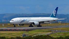 Air New Zealand Boeing 777-200ER que taxiing no aeroporto internacional de Auckland Imagem de Stock Royalty Free