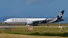 Air New Zealand Boeing 777-300ER que taxiing no aeroporto internacional de Auckland Foto de Stock