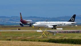 Air New Zealand A320 dans la livrée de Star Alliance roulant au sol à l'aéroport international d'Auckland Images libres de droits