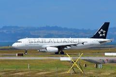 Air New Zealand A320 dans la livrée de Star Alliance roulant au sol à l'aéroport international d'Auckland Photos libres de droits