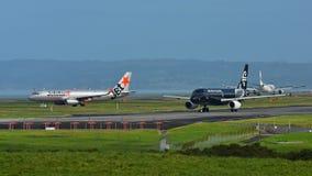 Air New Zealand et Jetstar Airways Airbus A320 roulant au sol pour le départ à l'aéroport international d'Auckland Images stock
