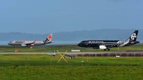 Air New Zealand et Jetstar Airways Airbus A320 roulant au sol pour le départ à l'aéroport international d'Auckland Photo libre de droits
