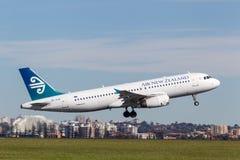 Air New Zealand flygbuss A320 som tar av från Sydney Airport Royaltyfri Foto