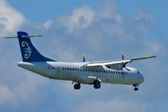 Air New Zealand lient l'atterrissage d'avions régional du turbopropulseur ATR-72 à l'aéroport international d'Auckland Images libres de droits