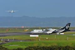 Air New Zealand liga os aviões da turboélice do ATR 72-500 que taxiing no aeroporto internacional de Auckland Imagens de Stock