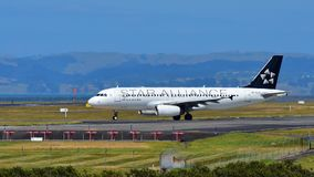 Air New Zealand A320 na libré de Star Alliance que taxiing no aeroporto internacional de Auckland Fotografia de Stock