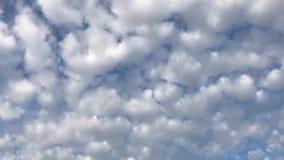 Air nuageux et ciel bleu banque de vidéos