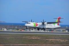 Air Portugal flygplan på den Alicante Elche flygplatsen royaltyfri foto