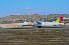 Air Portugal flygplan trycker på ner på den Alicante Elche flygplatsen arkivbild