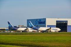 Air Transat flygplan och garage Arkivbild