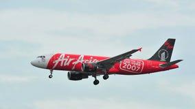 AirAsia Airbus A320 avec l'atterrissage spécial de livrée à l'aéroport de Changi Photographie stock
