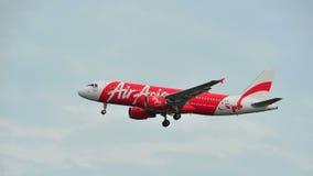 AirAsia Airbus A320 que saca en el aeropuerto de Changi Imagen de archivo