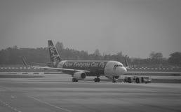 AirAsia aplana na pista de decolagem no aeroporto de Singapura Changi Imagem de Stock