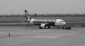 AirAsia aplana na pista de decolagem no aeroporto em Penang, Malásia Foto de Stock