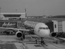 AirAsia aplana passageiros da carga no aeroporto de KLIA 2 em Malásia Imagens de Stock Royalty Free