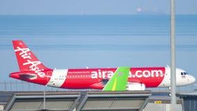AirAsia flygbuss 320 som ?ker taxi lager videofilmer