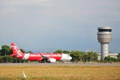 Airasia flygplan som åker taxi på Kota Kinabalu International Airport Royaltyfria Foton