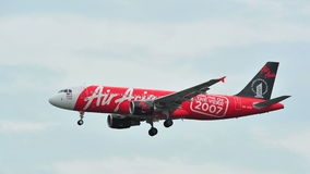 AirAsia-Luchtbus A320 met speciale livrei die bij Changi Luchthaven landen Stock Fotografie