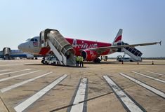 Airasia nivå som landas i Siem Reap den internationella flygplatsen Arkivbild