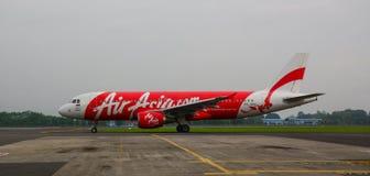 AirAsia samolot na pasie startowym przy lotniskiem w Jogja, Indonezja Fotografia Stock