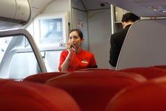 AirAsia servent d'équipier des membres à bord photos stock