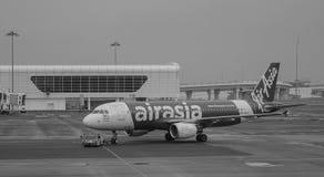 AirAsia spiana l'aggancio all'aeroporto di KLIA 2 in Malesia Fotografia Stock