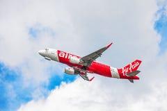 AirAsia-vliegtuig in hemel Royalty-vrije Stock Afbeeldingen