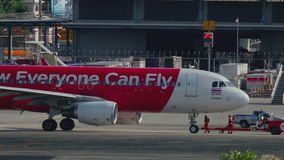 AirAsia-vliegtuig klaar aan vertrek stock videobeelden